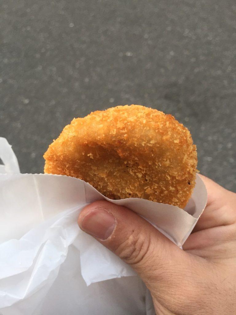 ミンチカツはカロリーは高いがダイエット中に食べてもやせる!大阪上本町のオススメの揚げ物のお店!写真はコロッケです。