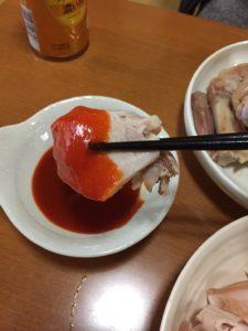 ミナミ大沢商店の蒸し豚とタレとキムチを一緒に食べる様子。蒸し豚はカロリーは高いがやせる。