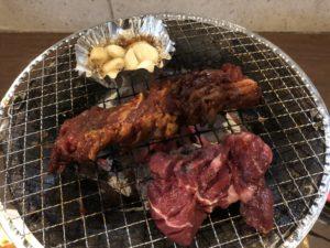 大阪上本町のハイハイタウンの2階、李朝園の焼肉。ニンニクホイル焼きとカルビ壺焼き、厚切りロース。