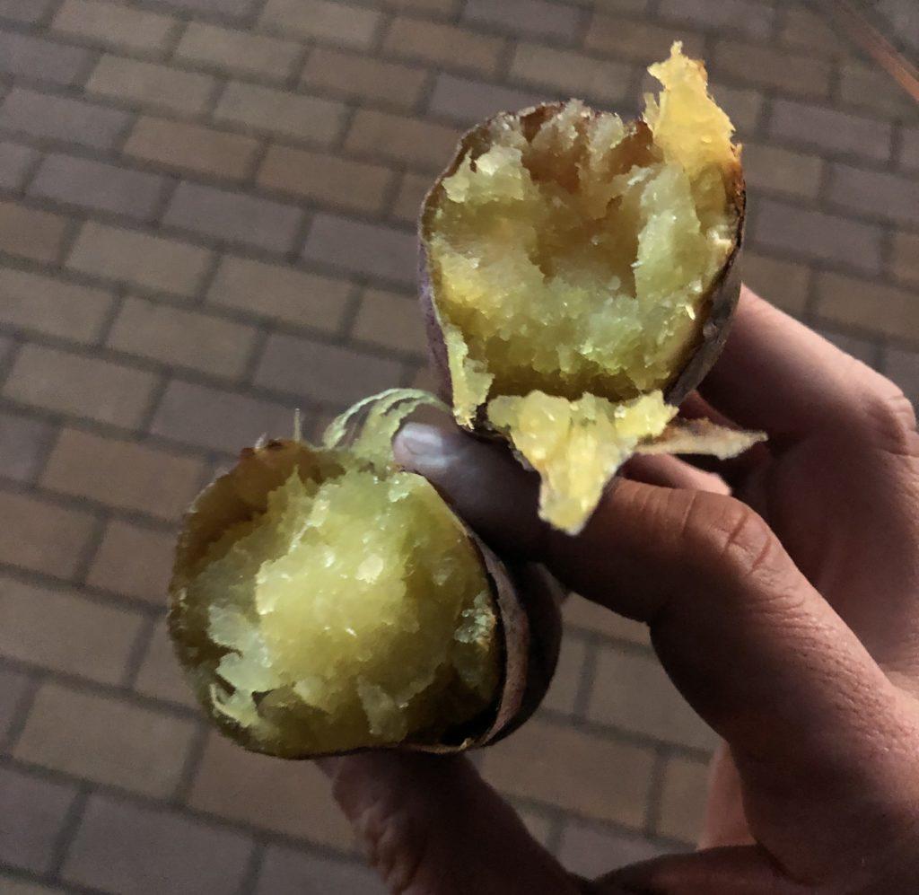 真ん中から開くと黄金色の焼き芋が!