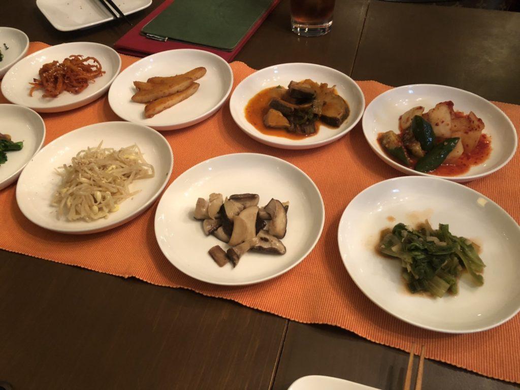 ずらっと並んだ韓国料理