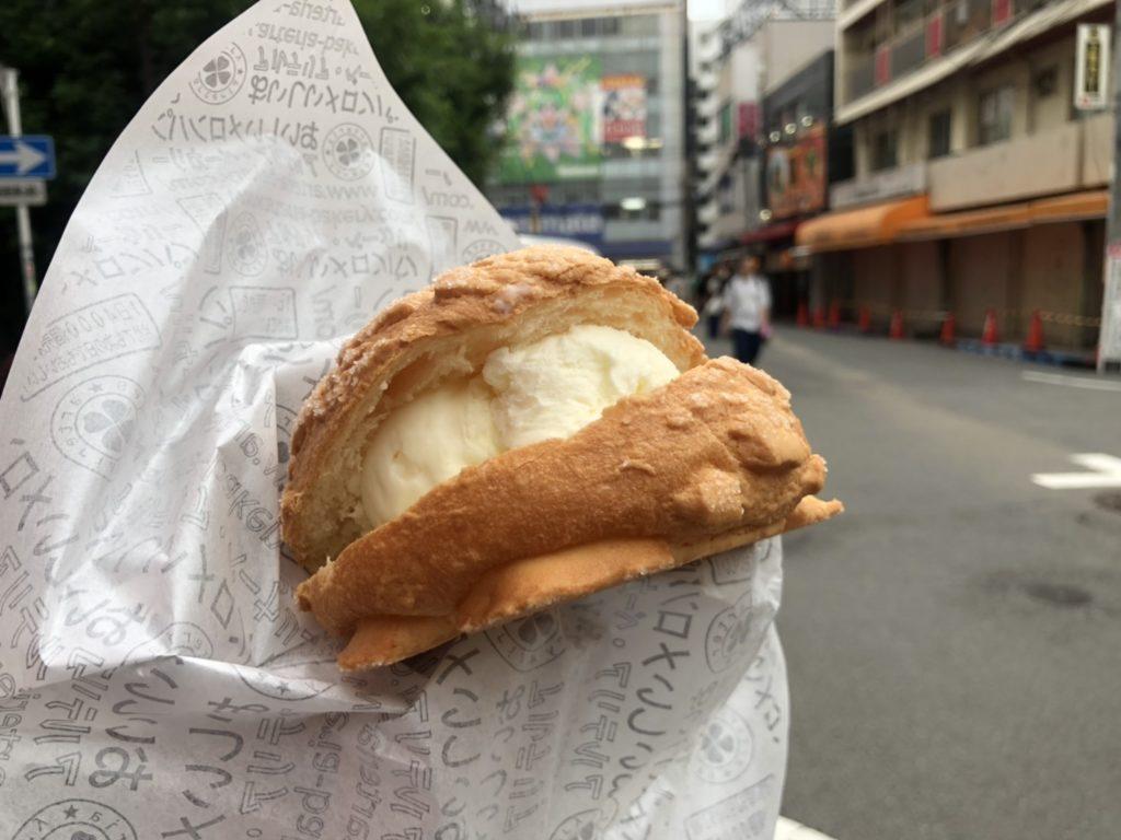 ホイップメロンパンを食べる様子。