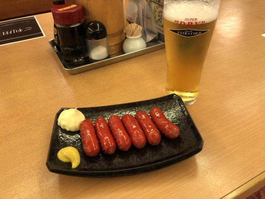 大東洋のレストランで赤ウインナーを食べている。