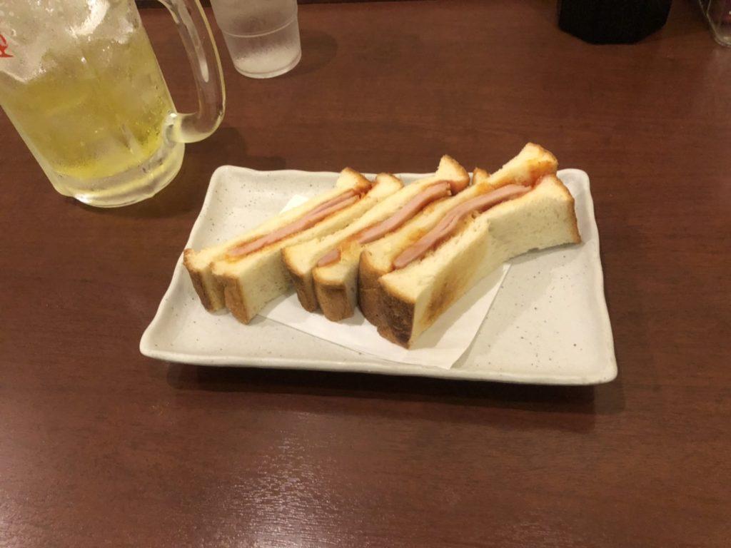 アムザのレストランで食べるハムトースト